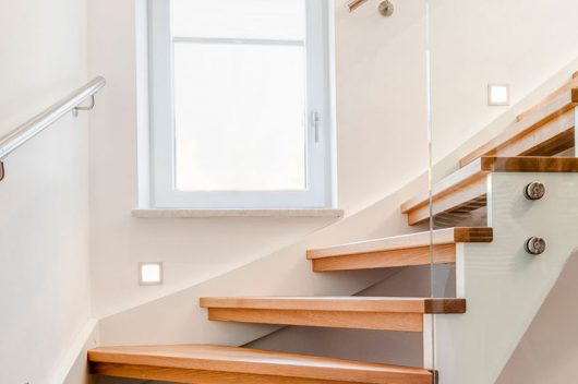 Barrierefrei wohnen mit Stiege: Halbstufen, Wandhandlauf, Stufenmarkierung und Beleuchtung machen Treppen alters- und behindertengerecht