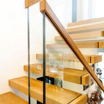 Hochwertig verarbeiteter Glasabschluss mit Holzhandlauf