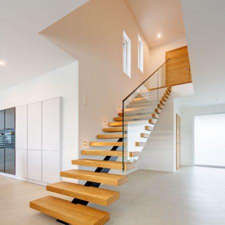 Mittelholmstiege mit Nurglas-Geländer in Durchstoßoptik