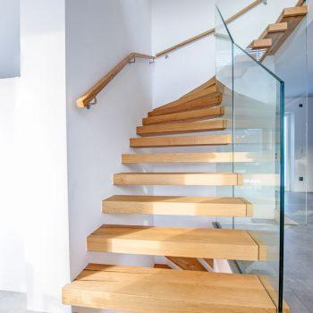 Nurglasgeländer und freischwebende Holzelemente